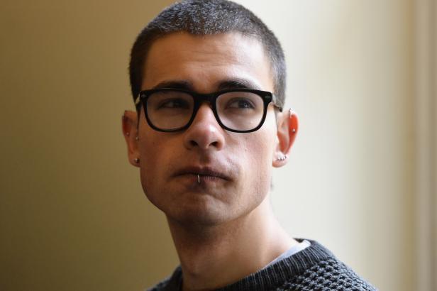 Student, kterého vinili z útoku na dům Stropnického, chce 1,3 milionu. Musí upřesnit za co