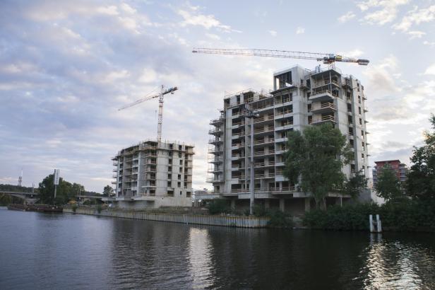 Vydělávají nejvíc v republice, ale pořídí si za to nejmenší nemovitost. Pražákům není hej