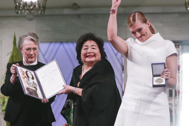 Zástupci protijaderné koalice převzali Nobelovu cenu míru