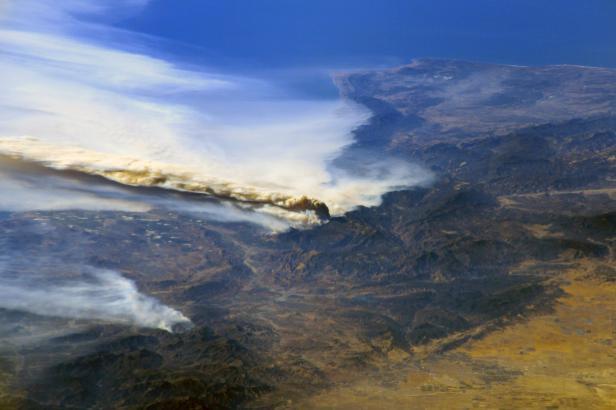 Kalifornii spaluje požár Thomas, sežehl už oblast o velikosti New Yorku a Bostonu dohromady