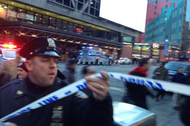 Na Manhattanu udeřil sebevražedný atentátník, policie ho zadržela