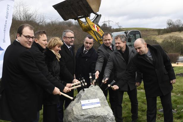 """Stavba další části dálnice D6 začala, za tři roky odstraní hned dva dopravní """"špunty"""""""