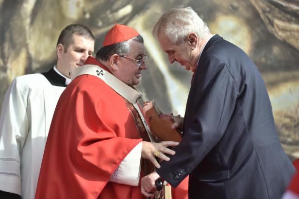 Zeman se obrátí na papeže Františka, aby prodloužil mandát kardinálu Dukovi