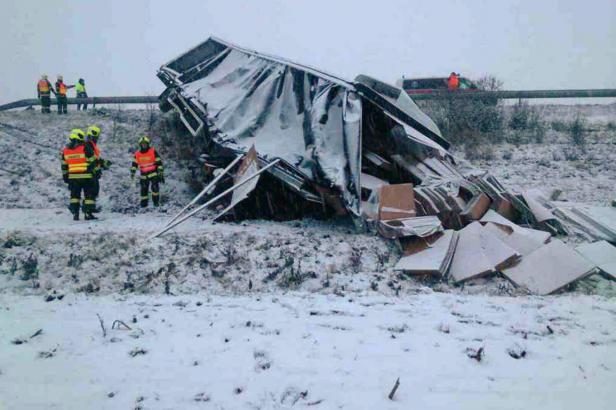 Únor klade nástrahy. Sníh na Moravě zkomplikoval dopravu, v noci se přidá náledí