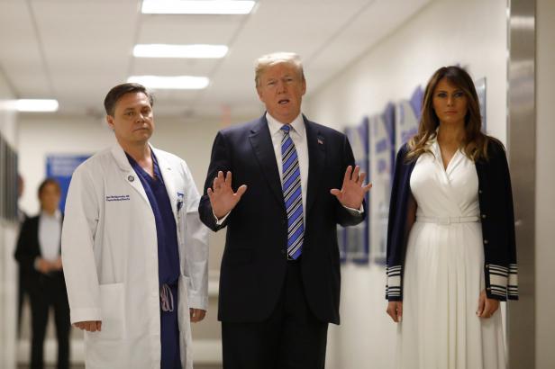 Trump a Melania navštívili zraněné z floridské střelby. Úřady měly ohledně Cruze dvacítku hlášení