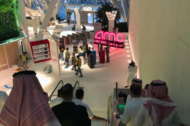 Ve světě samozřejmost, pro Saúdskou Arábii historický den. V Rijádu jdou lidé poprvé po 35 letech do kina