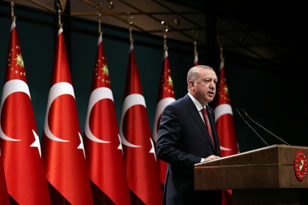 Turecko potřebuje silného prezidenta, oznámil Erdogan. Volby přesunul na červen