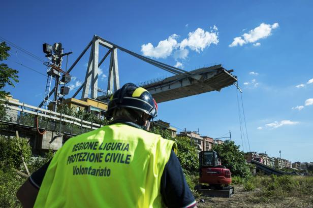 V troskách janovského mostu mohou být desítky lidí, navíc hrozí záplavy