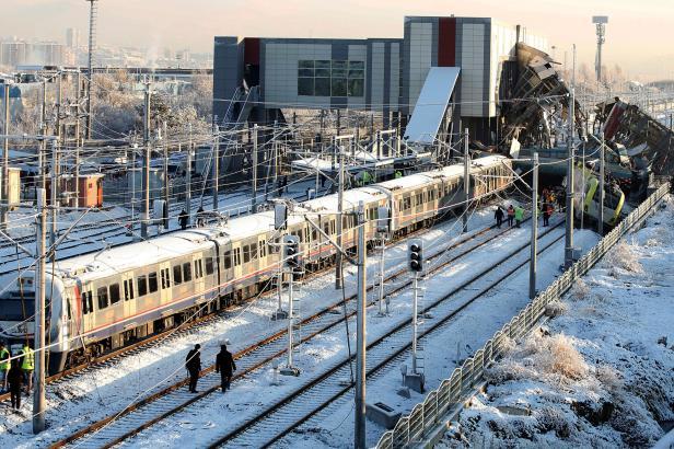 V Ankaře vykolejil vysokorychlostní vlak a naboural do nadchodu. Devět mrtvých, desítky zraněných