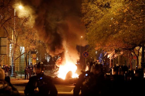 """Maďaři protestují proti """"otrockému zákonu"""". Policie použila proti demonstrantům slzný plyn"""