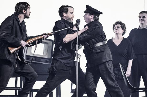 Recenze: Jáchym Topol v Národním divadle. Mnoho slov, mnoho obrazů, ale daleko nedolehnou