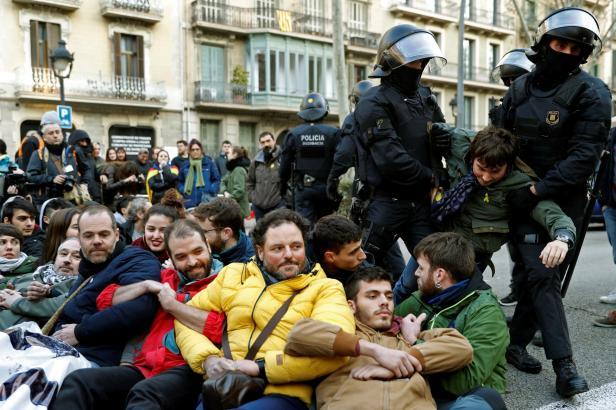 Hořící pneumatiky i blokovaná doprava. Katalánci se bouřili kvůli soudu se separatistickými politiky