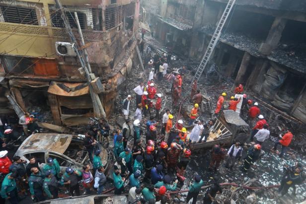 Desítky lidí zahynuly v křivolakých uličkách centra Dháky. Vzplanul dům plný hořlavin