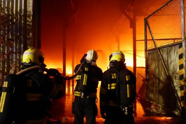 Na Příbramsku hoří výrobní hala, hasiči mají oheň pod kontrolou