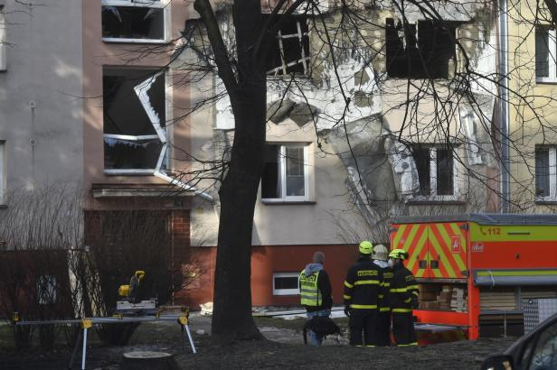 V domě v Ostravě po explozi hořelo, záchranáři ošetřili šest lidí