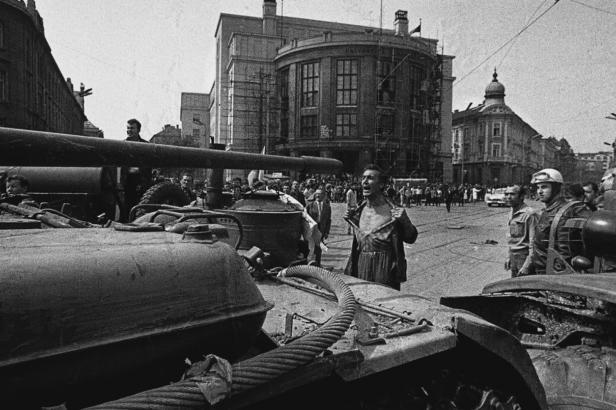 Odhalenou hrudí proti tanku. Výstavy připomínají příběhy fotografií ze srpna 1968