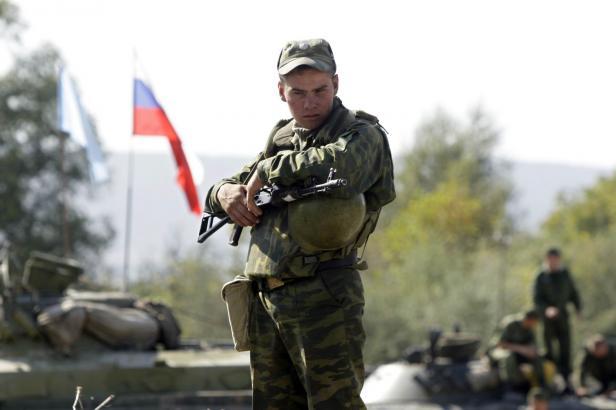 Zákaz chytrých mobilů. Ruští vojáci se kvůli únikům informací mají vrátit k tlačítkovým telefonům