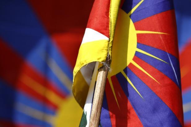 Policisté, kteří při návštěvě čínského prezidenta přikázali sundat tibetskou vlajku, na to neměli právo