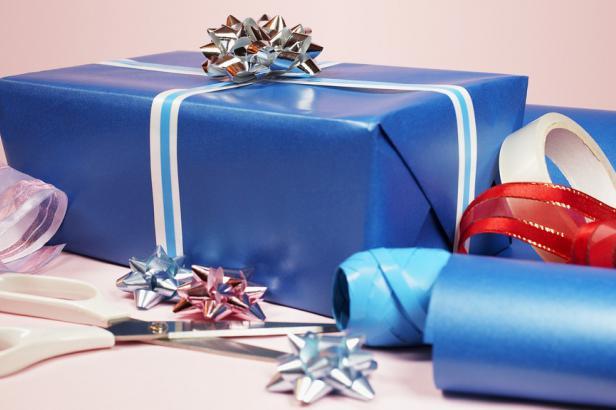 Vánoční dárky putují na Ukrajinu. Olomoucká charita je daruje chudým dětem