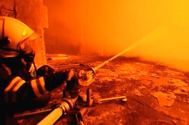 V areálu Unipetrolu u Litvínova hořelo, požár provázely otřesy a výbuch