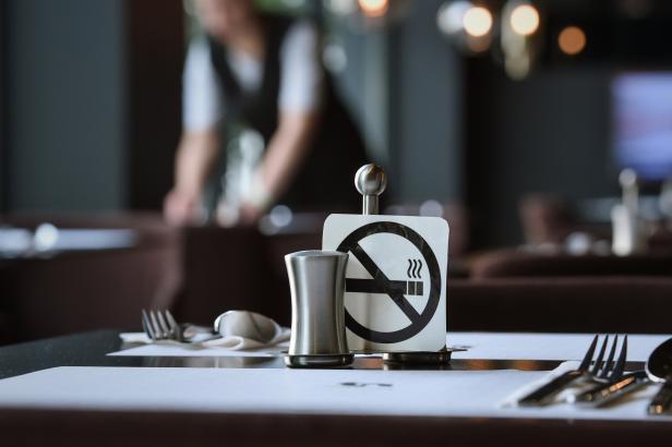 V Rakousku si dál zapálí u piva. Absolutní zákaz kouření v restauracích platit nebude