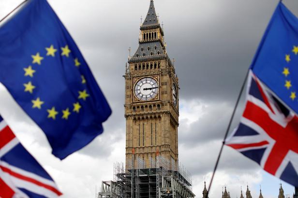 Sněmovna lordů se postavila Mayové. Setrvání Británie v celní unii zatracovat nechce
