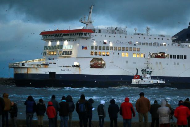 V Calais uvázl v bouři trajekt, v Německu kvůli sněhu zrušili stovky letů
