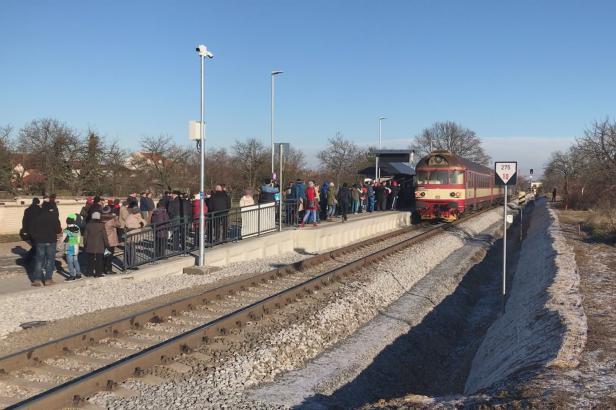 V Milokošti otevírali novou vlakovou zastávku s cimbálovkou. Oprav se dočkají i stará nádraží
