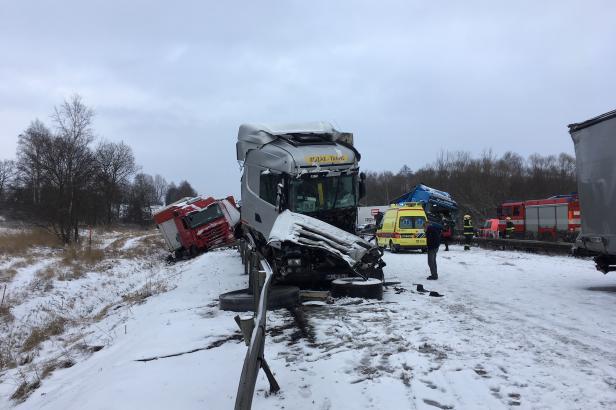 Sníh způsobil na D1 několik hromadných nehod. Jižní Morava vyhlásila dopravní kalamitu