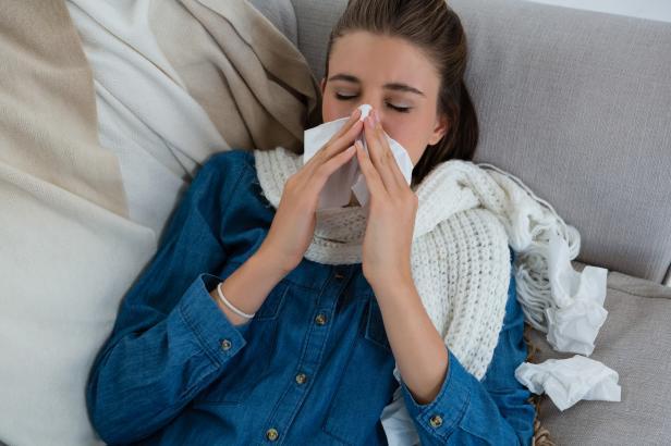 Žádná antibiotika ani přecházení. Chřipku je nejlepší řádně vyležet, radí lékaři a vyvrací zažité mýty