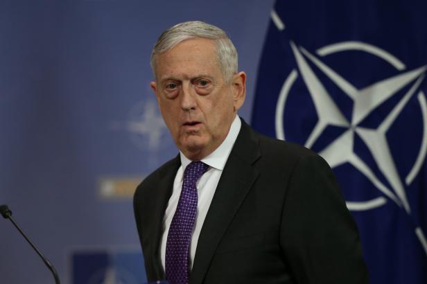 EU se snaží posílit vlastní obranu, ta je však výhradně věcí NATO, řekl v Bruselu ministr obrany USA