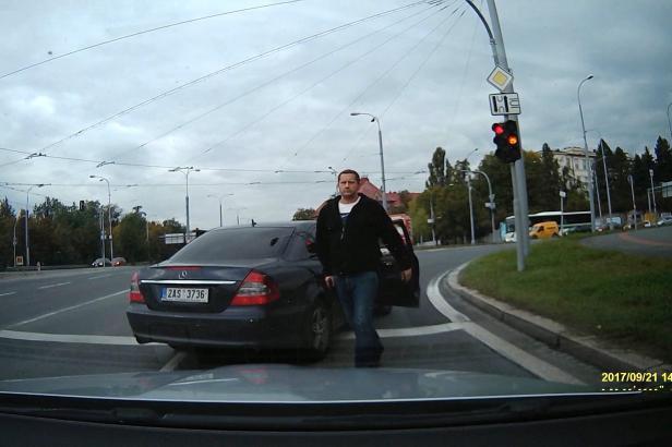 GIBS obvinila policistu, který na křižovatce v Plzni vytáhl na řidiče pistoli