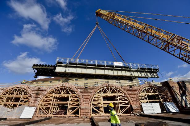 Ocelová konstrukce bývala na Negrelliho viaduktu, teď už leží vedle. Půjde do šrotu