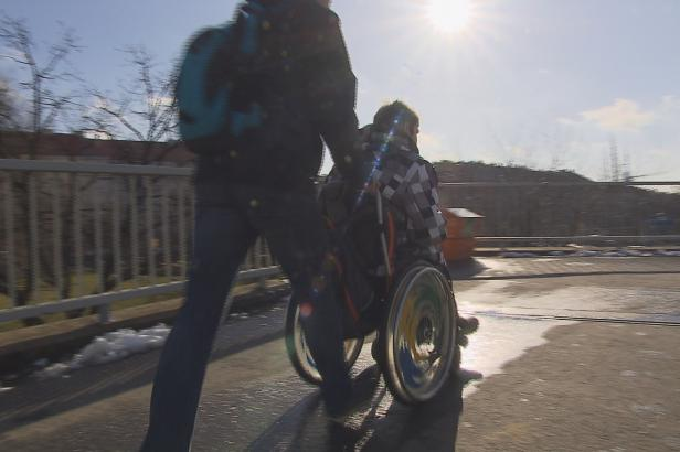 Okradl handicapovaného studenta. Zloděje však policie hledá marně, nepomohlo ani video