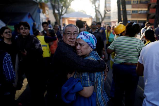 Mexikem otřáslo silné zemětřesení. Při havárii vrtulníku zahynulo 13 lidí