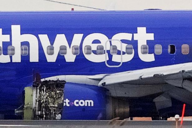 Pasažérku amerického letadla vysál podtlak z rozbitého okna, pilotka se strojem nouzově přistála