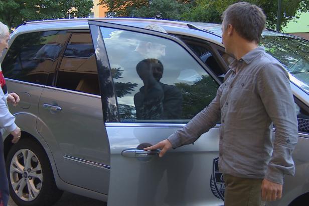 Seniory doveze k lékaři nebo na úřady městem dotované taxi nově ve Vsetíně a Valašských Kloboukách