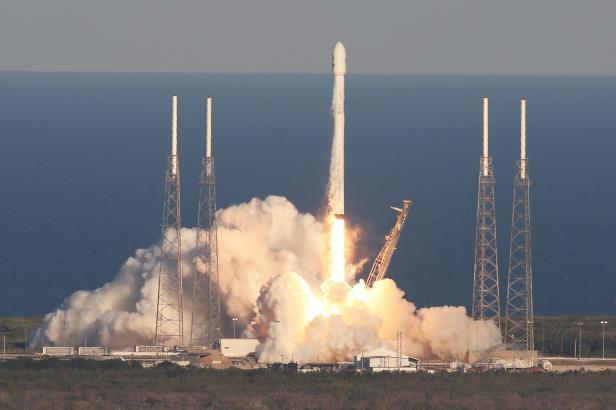 """Lovec planet"" je ve vesmíru. Dalekohled tam vynesla Muskova raketa Falcon 9"