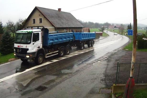 Nákladní auto vydávají za traktor. Ušetří za provoz, neplatí daň a projedou kdekoli