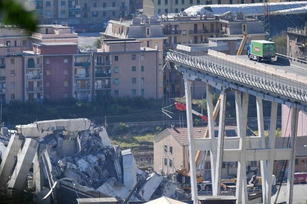 Mezi oběťmi z janovského mostu jsou Francouzi či Chilané. Řidič zeleného nákladního auta je v šoku