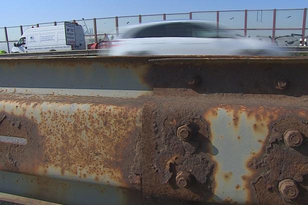 Neopravená svodidla na dálnici ohrožují řidiče. ŘSD je podle policistů nestíhá opravovat