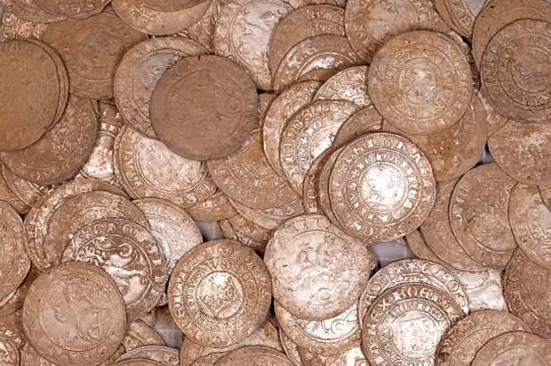 Eroze odkryla v lese stříbrný poklad. Nálezce ho předal muzeu, čeká ho mimořádná odměna