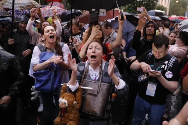 """Centrem Moskvy prošel """"pochod matek"""". Stovky lidí protestovaly proti věznění mladistvých dívek"""
