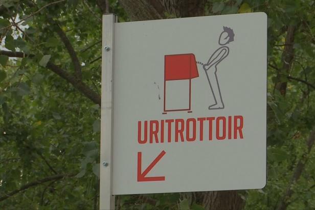 Uritrottoir neboli pisoár na chodníku. Ekologická novinka v ulicích Paříže budí velké vášně