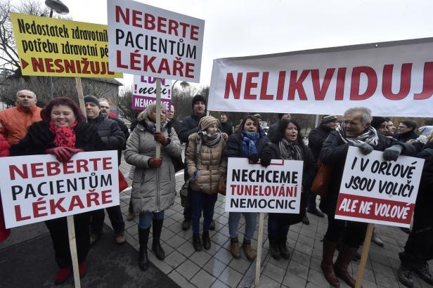 V Ostravě lidé demonstrovali za záchranu orlovské nemocnice. Žádají odstoupení náměstka hejtmana pro zdravotnictví