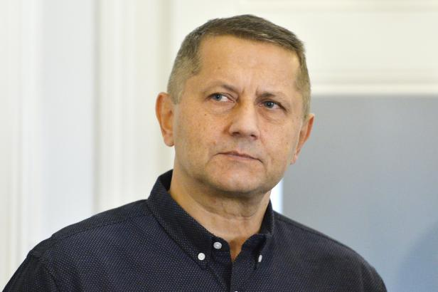 Krajský soud zrušil verdikt osvobozující policistu, který v civilu vytáhl pistoli na řidiče v Plzni