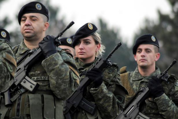 Kosovo schválilo vznik armády. Srbské obavy z etnických čistek odmítá