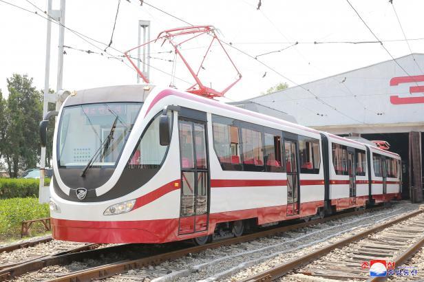 Severní Korea se chlubí novými tramvajemi. Podle odborníků jde jen o modernizaci českých vozů