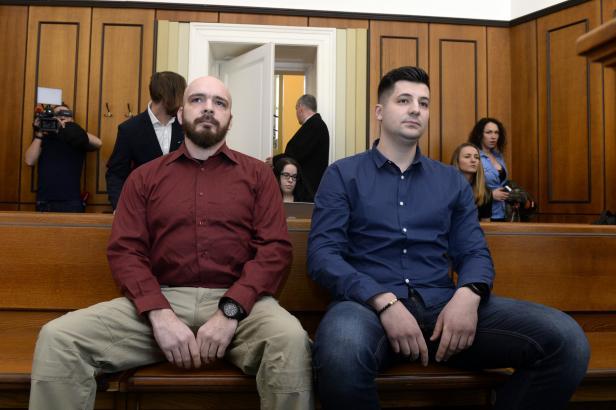 Za fackování zadrženého mladíka dostal jeden policista podmínku, druhý byl zproštěn obžaloby