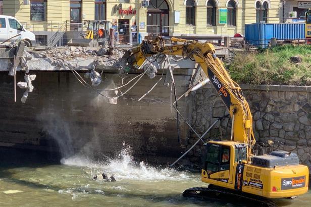 Do mostu v centru Olomouce se zakously bagry. Tramvaje se na něj vrátí za dva roky